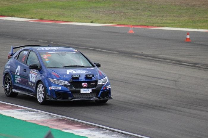 coche de carreras Honda Type R en la pista