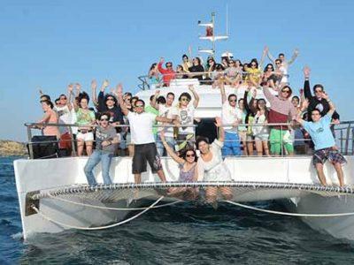 Grupo divertido em Festas em Barco