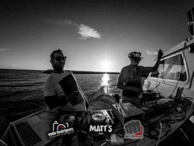 DJs a pôr música em barco ao Pôr do Sol