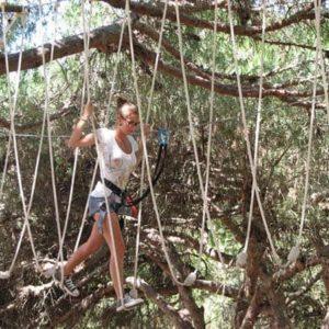 joven en parque de cuerdas - Algarve