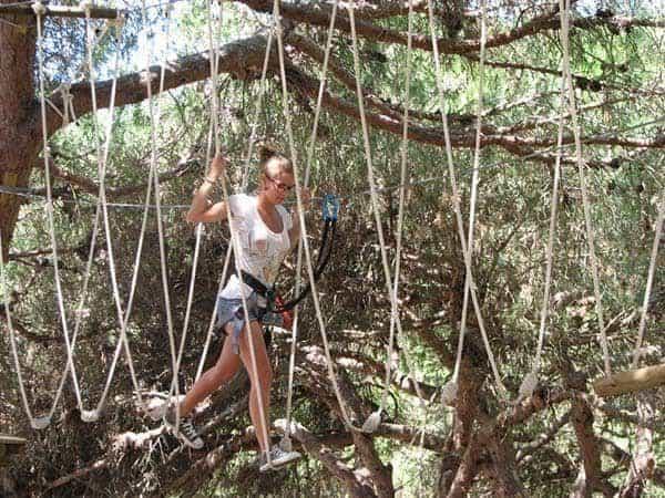 Rapariga a fazer Arborismo