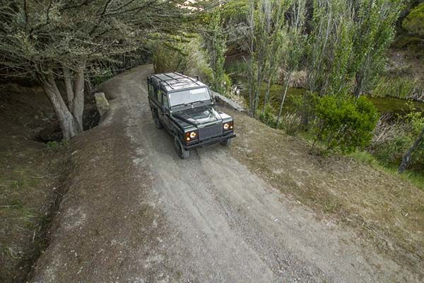 Jipe em estrada de terra batida nas montanhas da Serra de Monchique