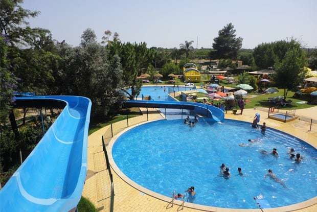 piscina y toboganes en el Zoo Krazy World