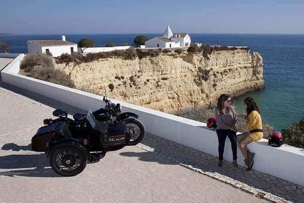 2 femmes faisant du sidecar sur la côte d'Algarve