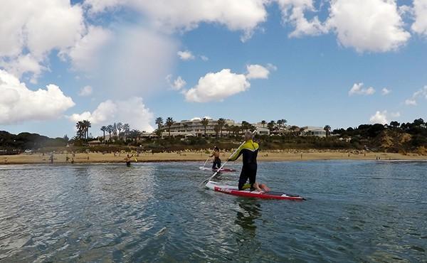 2 pessoas a fazer Stand Up Paddles chegam à costa