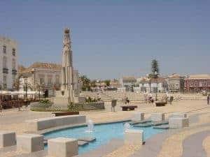 plaza de Tavira con fuentes y monumento