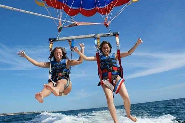 Crianças divertem-se no passeio de parasailing (paraquedas) perto de Vilamoura