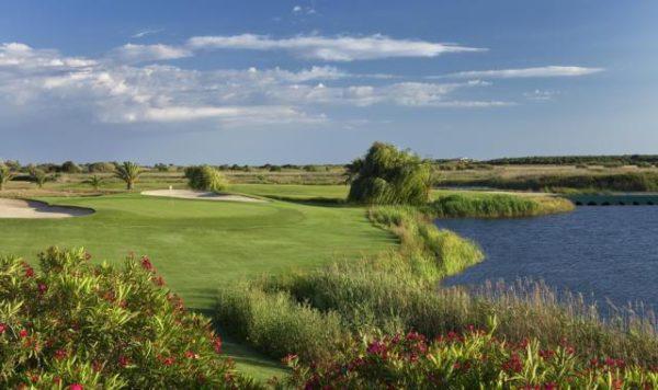 Campo de golfe Laguna em Vilamoura com lagoa à esquerda