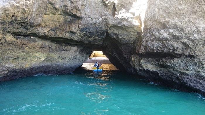 pequena embarcação à saída da gruta do capitão
