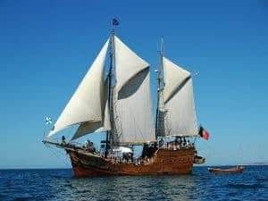 Barco pirata de lado no mar.
