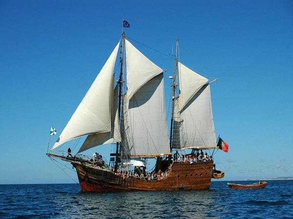 barco pirata Santa Bernarda navegando con las velas izadas