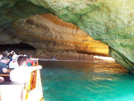 pequeña embarcación entrando a la cueva de Benagil