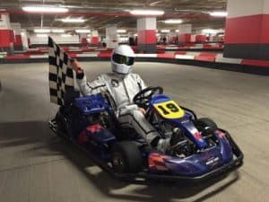 ganador de carrera de karts con la bandera