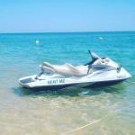 Jet ski vazio na água, Armação de Pêra.