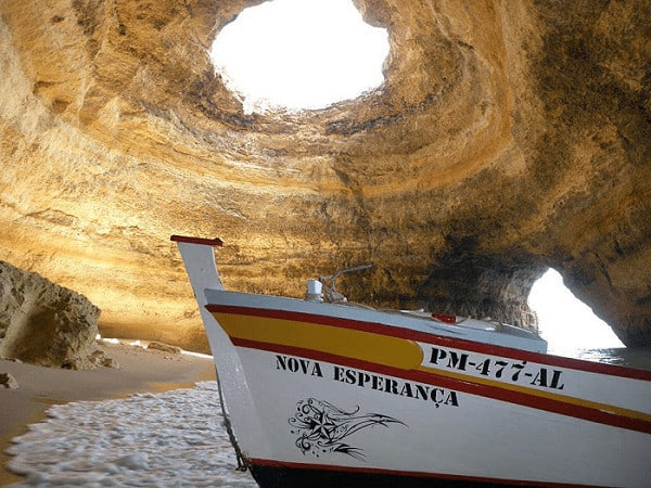 Bateau typique portugais dans la grotte de Benagil