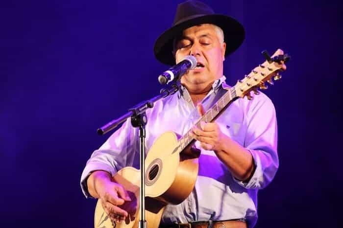 Chanteur de fado au festival de fruits de mer d'Olhão