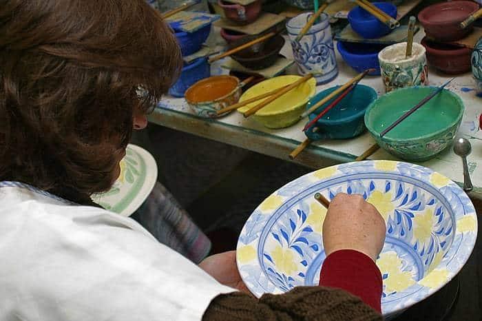 señora pintando a mano cerámica