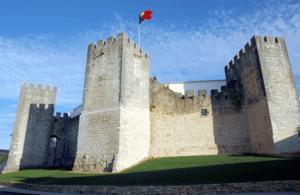 Castelo de Loulé com bandeira de Portugal