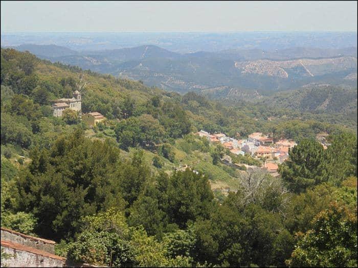 panorámica del pueblo de Monchique rodeado por montañas verdes