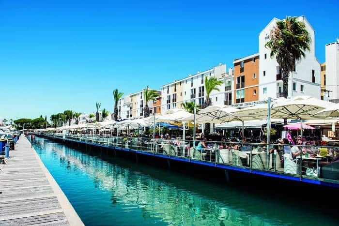 Terrasses des bars et restaurants de la marina de Vilamoura