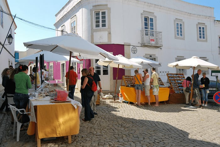 Pessoas a fazer compras em pequeno mercado