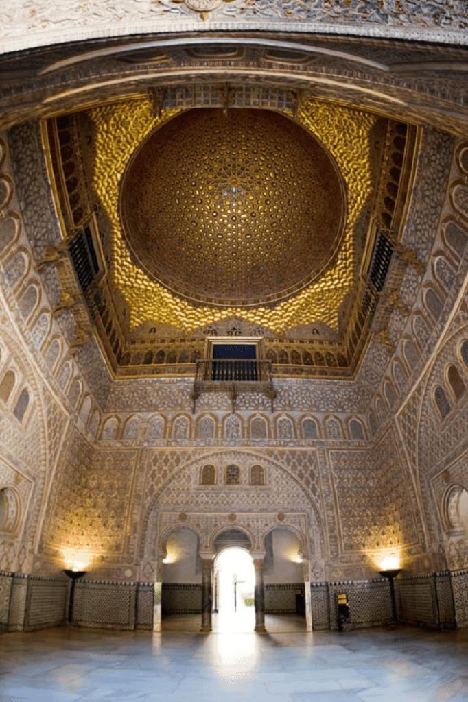interior el Real Alcázar de Sevilla, bóveda en el techo