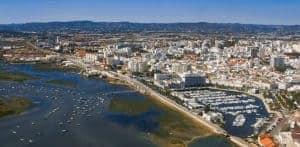 Cidade de Faro vista aérea com a Marina e ria formosa
