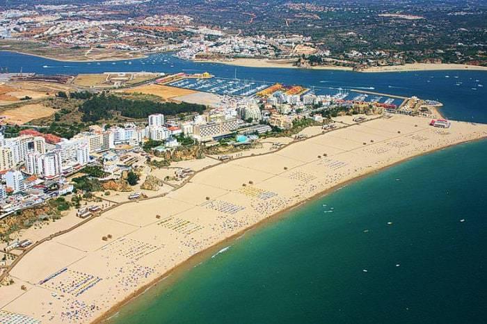 Vue aérienne de Praia da Rocha et de Portimão.