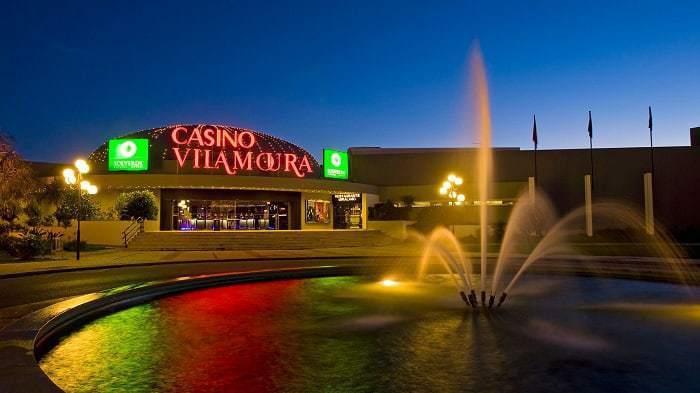 entrada del casino de Vilamoura frente a una fuente