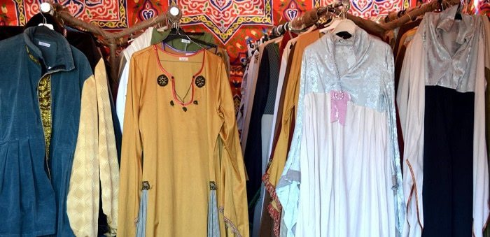 puesto de túnicas medievales de alquiler