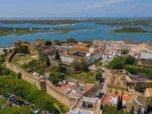 vista aérea da parte antiga de Faro com a muralha e a ria formosa