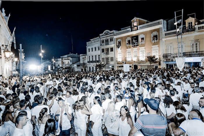 calles de Loulé abarrotadas de gente de blanco por la noche