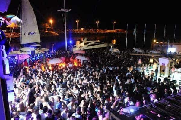 multitud de gente en una fiesta de noche en la marina de Vilamoura