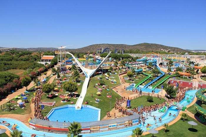 Parque aquático Aquashow com vários escorregas de água e rio.