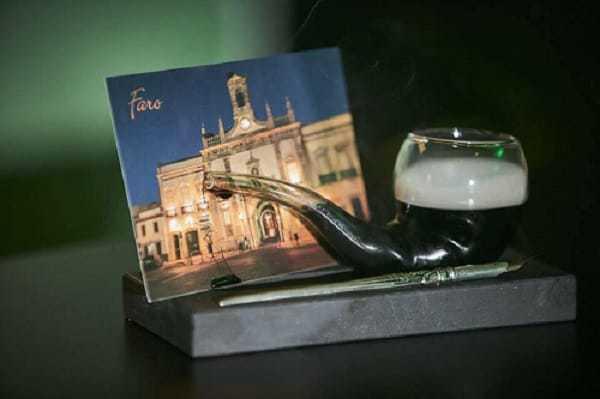 cóctel con postal de Faro