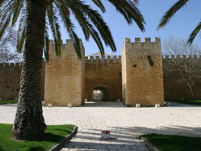 arco de entrada del Castillo de Lagos