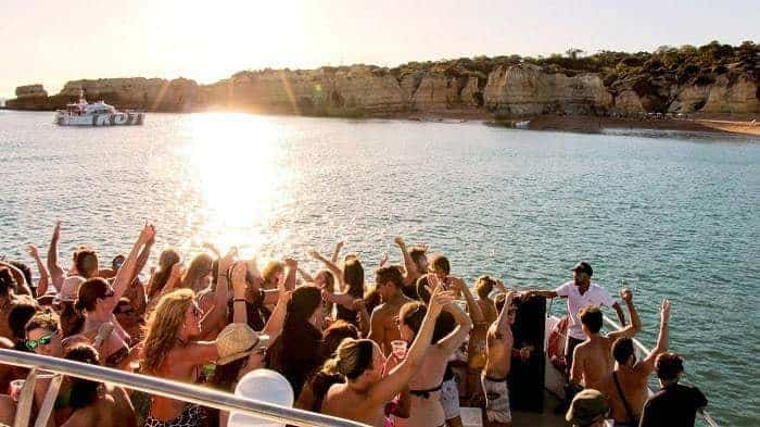 personas bailando en una fiesta a bordo de un catamarán