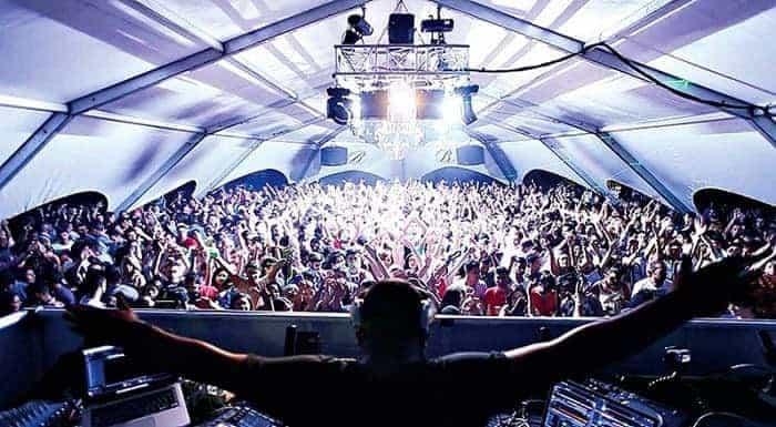 DJ en discoteca llena de gente
