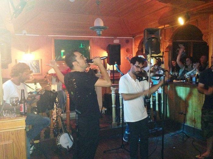 banda tocando música en vivo en un bar