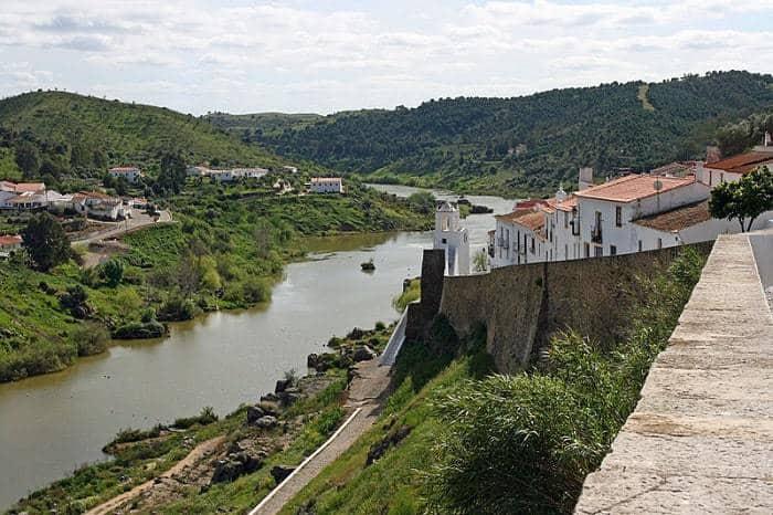 río Guadiana con pueblos a ambos lados