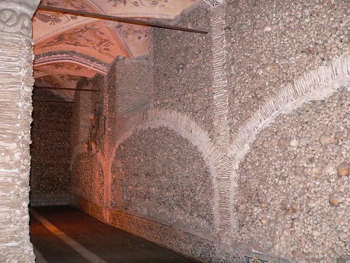 interior de la Capilla de los Huesos