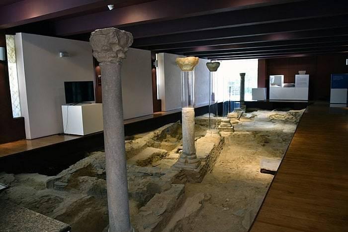 exhibición arqueológica en el interior del museo Mértola