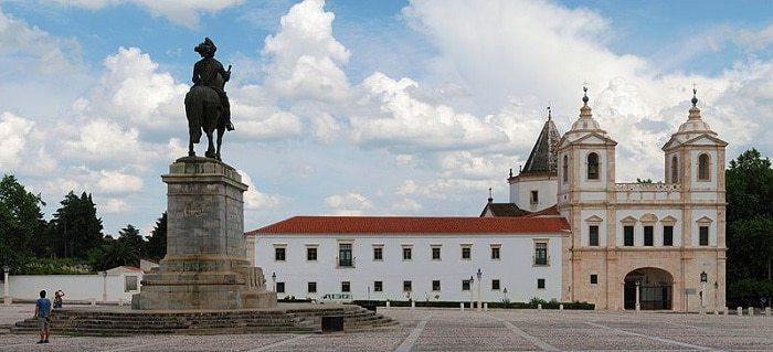 plaza principal de Vila Viçosa con monumentos