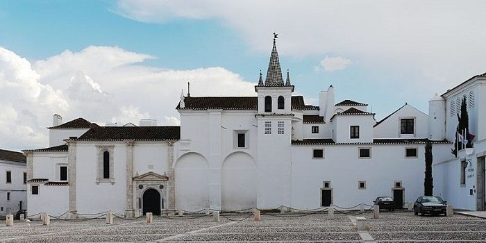 exterior del Convento de las Capuchinas en una plaza