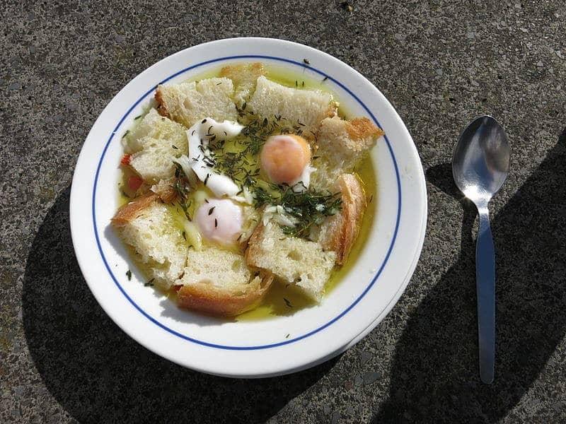 Açorda Alentejana - plato típico de la región con pan, huevo, aceite y especias