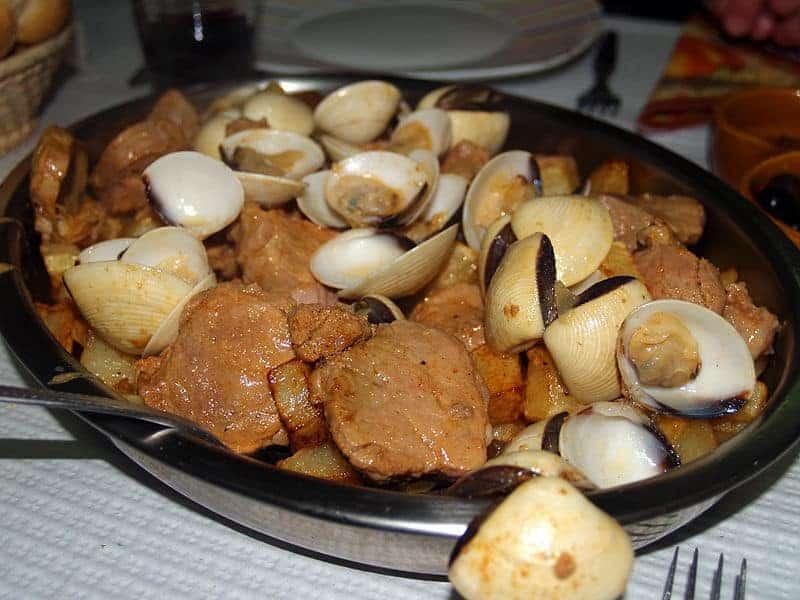 plato típico - carne de cerdo a la alentejana, con almejas