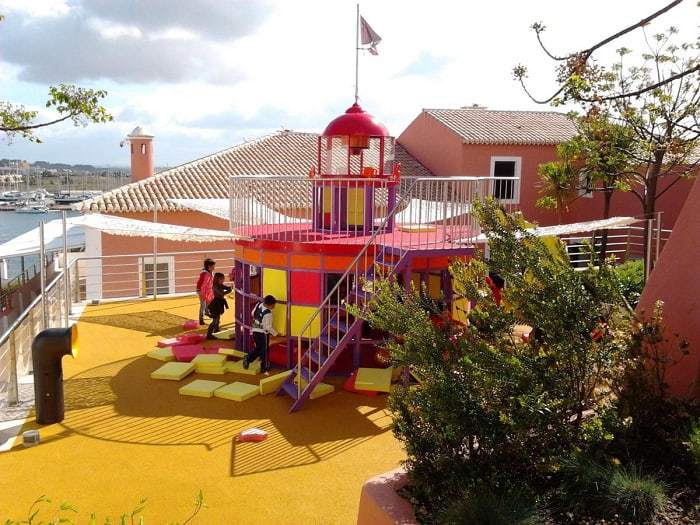 Enfants jouant au pied du phare du centre de science d'Algarve