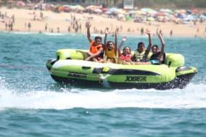 des jeunes tractées par un bateau en Algarve