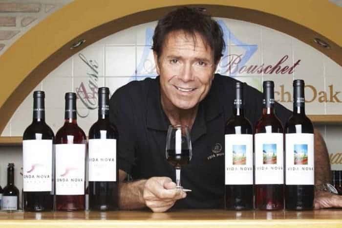 Cliff Ridchard posando con vinos de la bodega Adega do Cantor