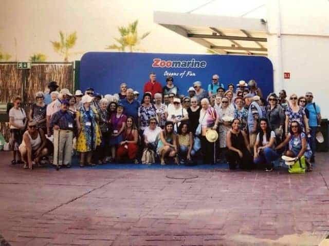grupo de personas de la tercera edad en zoomarine